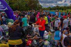 Кито, эквадор - 17-ое апреля 2016: Толпа людей смотря дом разрушенный землетрясением, и тяжелой техникой очищая disas Стоковые Фотографии RF