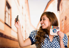 Кито, эквадор - 11-ое марта 2016: Женщина принимая selfie с ее современным мобильным телефоном с напечатанным instagram стикера Стоковое Изображение RF