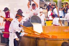 Кито, эквадор - 5-ое марта 2017: Событие фестиваля Locro, куда около 250 получили, что совместно подготовили волонтеры самое боль Стоковое фото RF
