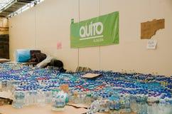 Кито, эквадор - 23-ье апреля 2016: Вода подаренная гражданами Кито обеспечивая гуманитарную помощь для оставшийся в живых землетр Стоковые Изображения