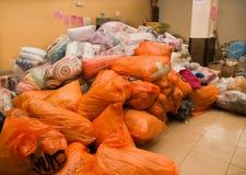 Кито, эквадор - 23-ье апреля 2016: Еда, одежды, медицина и вода гуманитарной помощи для оставшийся в живых землетрясения в побере Стоковые Изображения