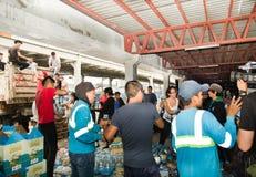 Кито, эквадор - 23-ье апреля 2016: Неопознанные граждане Кито обеспечивая еду гуманитарной помощи, одежды, медицину и Стоковое Изображение RF
