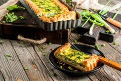 Киш Лоран с шпинатом и зеленым луком стоковое изображение rf