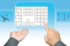клавиатура интерфейса руки нажимая касание экрана Стоковые Фотографии RF