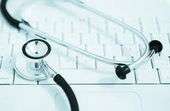 клавиатура кладя стетоскоп Стоковая Фотография RF