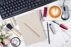Клавиатура мыши косметик чашки кофе ручки блокнота от компьютера цветет Стоковое Фото