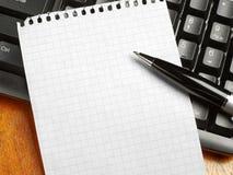 Клавиатура, примечание и ручка стоковое изображение