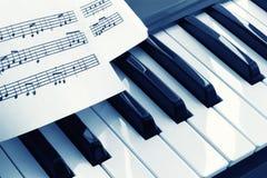 Клавиатура рояля с нотами стоковые фото