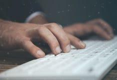 Клавиатура руки человека стоковое изображение rf