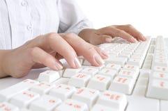 клавиатура рук девушок компьютера Стоковое Фото