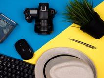 Клавиатура, шляпа, камера, мышь, завод в баке стоковое фото rf