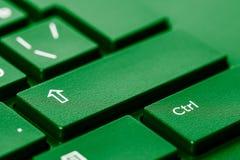Клавиши на клавиатуре закрывают вверх, клавиша переключения регистра и ctrl, предпосылка ИТ, зеленый тонизировать стоковая фотография rf