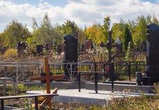 Кладбище города в осени Настоящее городское захоронение стоковое фото