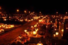 кладбище свечки пылает загораться стоковое изображение