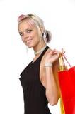 кладет белокурый счастливый покупателя в мешки стоковые фото