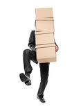 кладет бумагу в коробку нося бизнесмена стоковые изображения rf