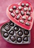 кладет Валентайн в коробку дня s 2 шоколадов Стоковые Фотографии RF