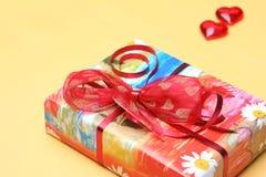 кладет Валентайн в коробку подарка s дня Стоковые Фото