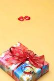 кладет Валентайн в коробку подарка s дня Стоковые Изображения RF