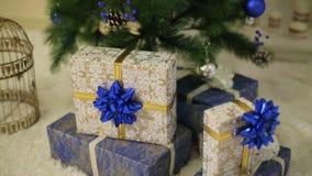 кладет вал в коробку подарка рождества вниз акции видеоматериалы