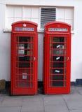 кладет великобританский телефон в коробку стоковые изображения