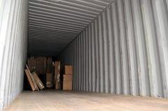 кладет грузовой контейнер в коробку Стоковые Фотографии RF