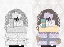 кладет детенышей в коробку женщины подарка Стоковые Фотографии RF