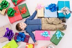 кладет детенышей в коробку мальчика причудливых Стоковое Изображение