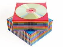 кладет диски в коробку стоковое изображение rf