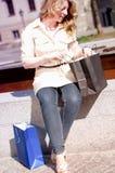 кладет ее женщину в мешки покупкы стоковое фото rf