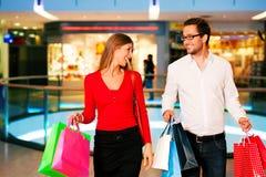 кладет женщину в мешки покупкы человека мола Стоковое фото RF