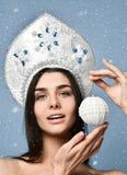 кладет женщину в мешки santa милая сторона здоровая кожа девушка держит в ее руке шарик рождественской елки стоковые изображения rf