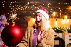 кладет женщину в мешки santa счастливое Новый Год Бомба владением женщины рождества Творческое заграждение Эмоции бомбы смешно стоковое изображение rf