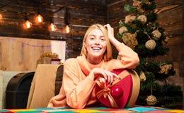 кладет женщину в мешки santa Усмехаясь зима девушки смешно счастливое Новый Год Домашний праздник Веселый Xmas и счастливый Новый стоковая фотография rf