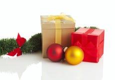 кладет изолированный подарок в коробку украшения рождества Стоковые Изображения