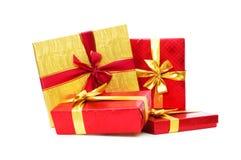 кладет изолированный подарок в коробку стоковое изображение