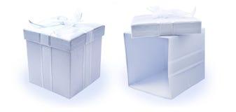 кладет изолированный подарок в коробку Стоковые Фотографии RF