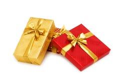 кладет изолированный подарок в коробку стоковые изображения rf