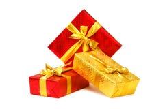 кладет изолированный подарок в коробку стоковые изображения