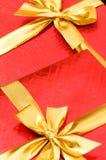 кладет изолированный подарок в коробку Стоковые Фото