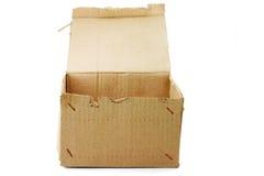 кладет картон в коробку Стоковая Фотография