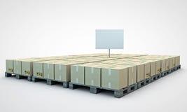 кладет картон в коробку Стоковое Фото