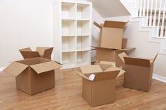 кладет комнату в коробку дома картона moving Стоковое фото RF