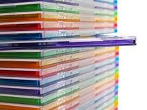 кладет компактный диск в коробку Стоковое Изображение RF