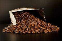 кладет кофе в мешки Стоковая Фотография RF