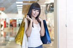 кладет красивейшую женщину в мешки покупкы Стоковые Фото