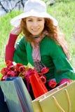 кладет красивейшую женщину в мешки тюльпанов покупкы Стоковое Изображение RF