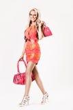 кладет красивейшую розовую гуляя женщину в мешки Стоковое Фото