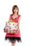 кладет красный цвет в коробку девушки подарка с волосами стоковые изображения rf