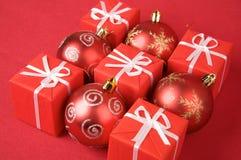 кладет красный цвет в коробку подарка Стоковые Изображения RF